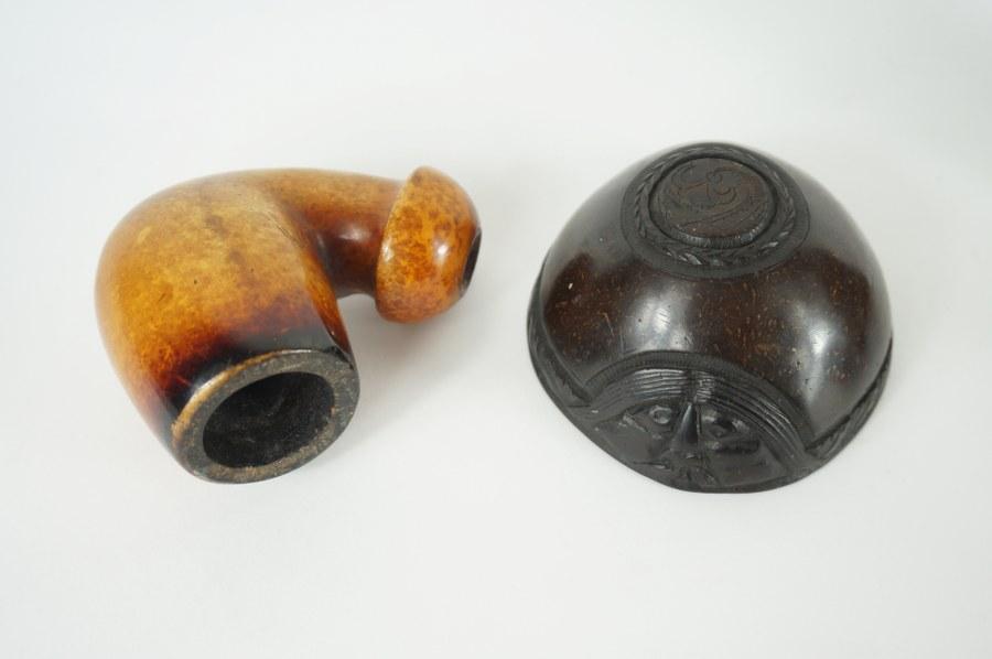 Lot composé d'une pipe en buis et d'une noix de coco sculptée d'un décor floral. XIXe siècle.