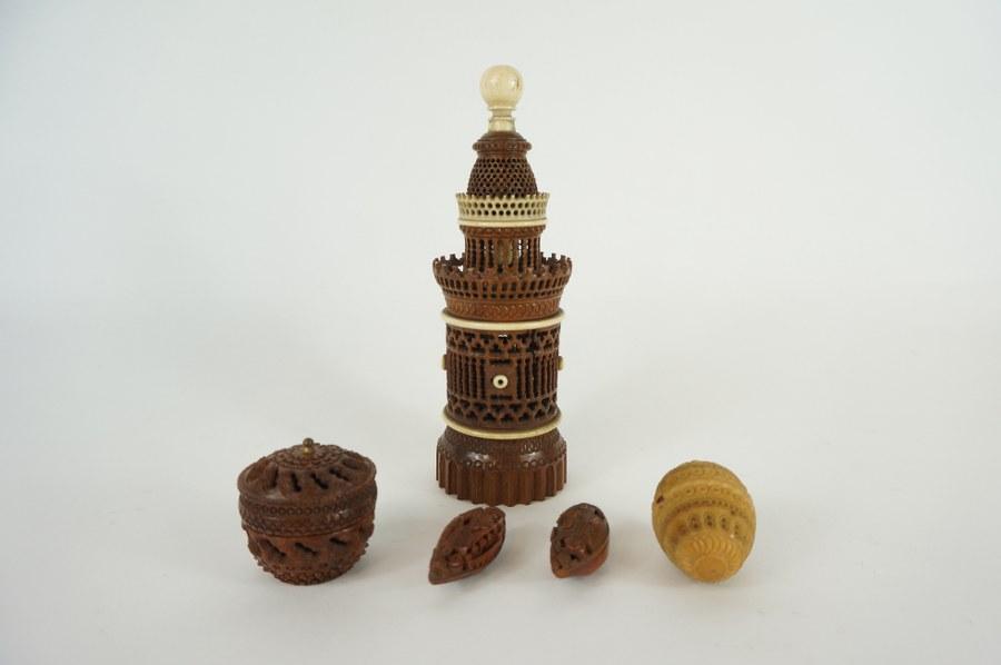 Lot composé d'une grande boîte représentant un phare en buis et os sculpté repercé, de noix de corozo et buis sculpté à riche décor repercé. XVIIIe - XIXe siècle.