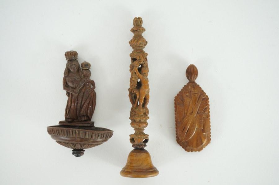 Lot de trois éléments en buis et corozo sculpté à décor de trophées, putti, Vierge et rinceaux. XVIIIe - XIXe siècle.