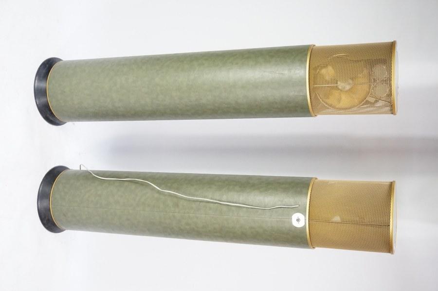 Paire d'enceintes-colonnes A CHARLIN Paris. Années 1970. H. : 157 cm. En l'état sans garantie de fonctionnement.