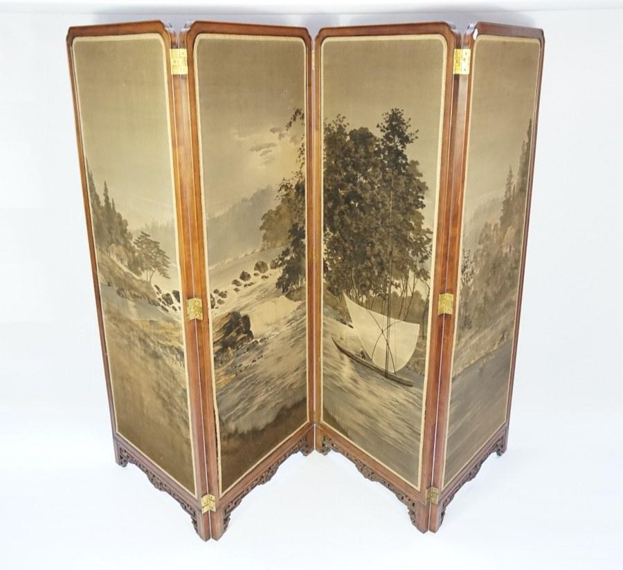 Paravent en bois exotique à quatre feuilles représentant peints sur soie des paysages de la Chine. Europe, Début du XXe siècle.