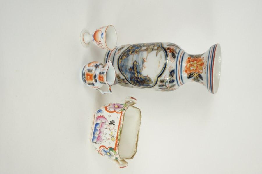 Lot de porcelaine de BAYEUX composé d'un vase, un coquetier, une petite cruche et un pot à décor de chinois. XIXe siècle.