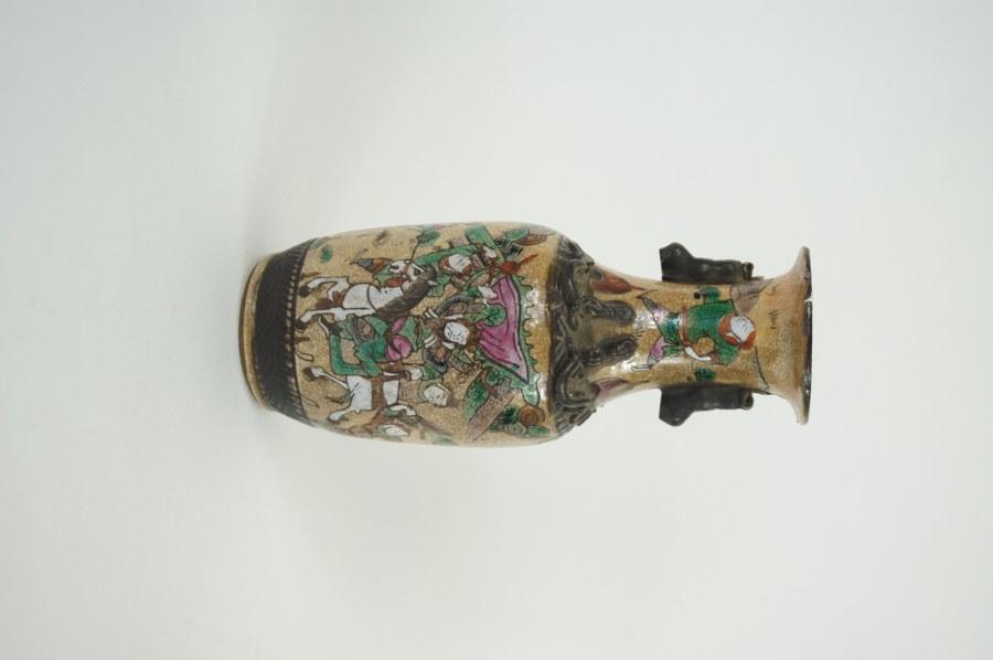 Petit vase en grès de Nankin à décor de cavaliers. XXe. H. : 24,5 cm. Non percé.
