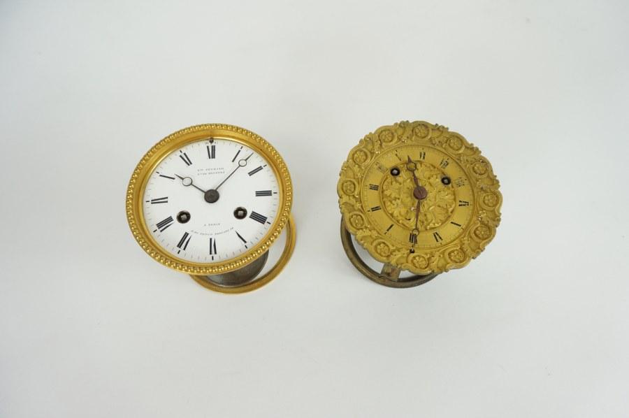 Lot de deux mouvements de pendules du XIXe, l'un au cadran émaillé marqué Veuve FÉVRIER à Paris, R du petit Thouars 14.