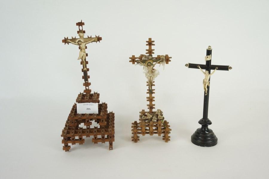Lot de crucifix et tableautins religieux. XIXe siècle.