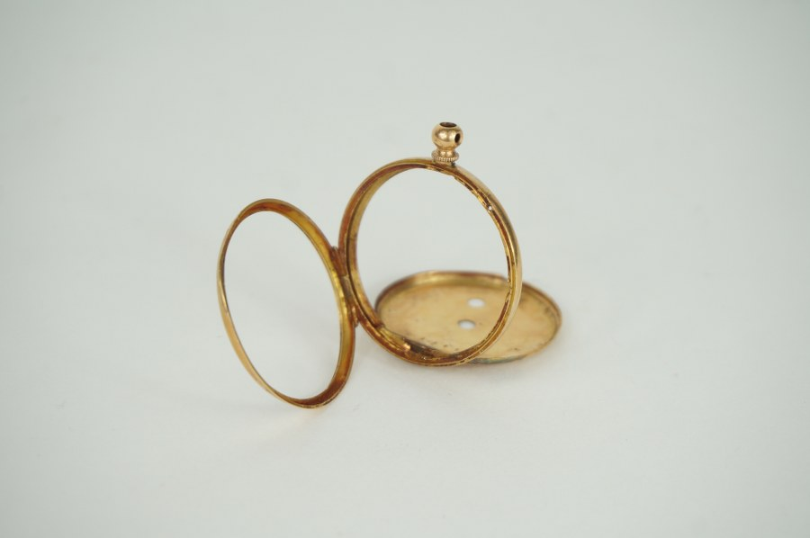 Coque de montre en or jaune 750 °°° accidentée. Poids brut : 6 gr.