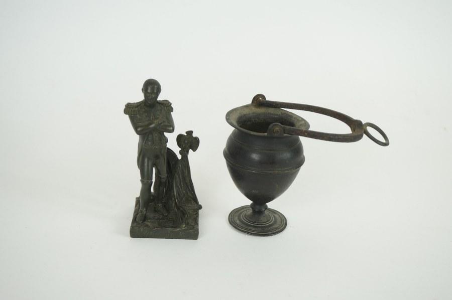 Statuette en bronze de Napoléon Ier. H. : 13 cm. ON Y JOINT Un vase de style gallo-romain.