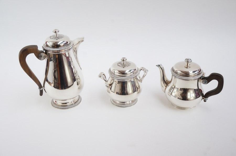 CHRISTOFLE - ERCUIS. Lot de métal argenté comprenant une cafetière et un sucrier marqués Christofle et une théière marquée à décor de frises de godrons Ercuis. Première moitié du XXe siècle.