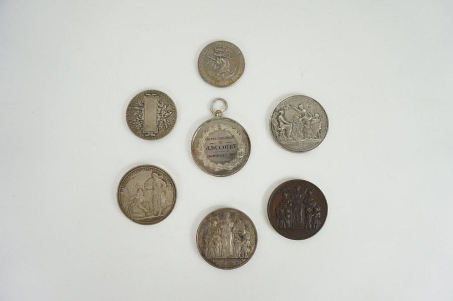 Lot de sept médailles en bronze et argent dont médaille d'enseignement primaire, médaille de boulangerie, de l'armée territoriale de Courseulles-sur-Mer… XIXe siècle.
