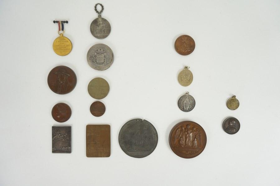 Lot d'une quinzaine de médailles et plaquettes diverses.
