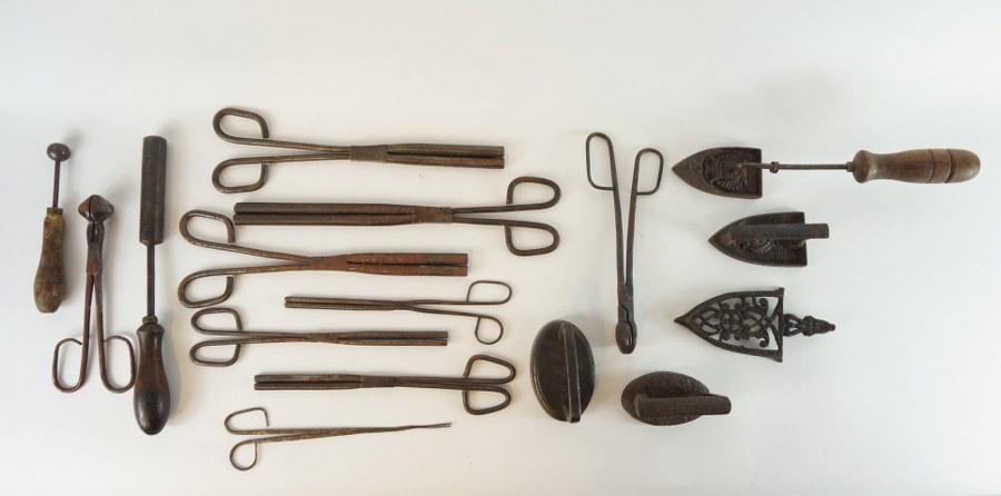 Lot de fers à repasser les coiffes. XIXe siècle. Fonte.