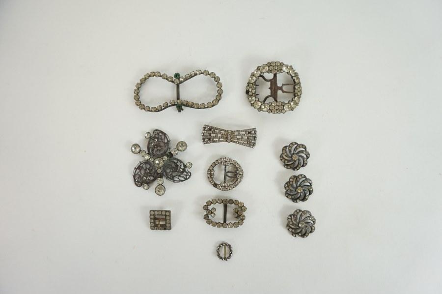 Onze boucles et boutons en métal et strass. XIXème siècle. En l'état.