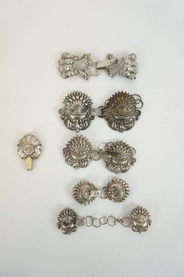 Cinq attaches de capes en argent. XIXème siècle.