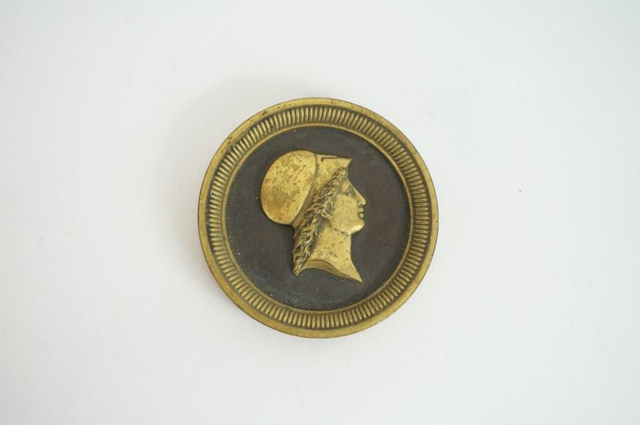 Profil d'Athéna, déesse grecque de la Sagesse. Médaillon en bronze à patine dorée. XIXe siècle.