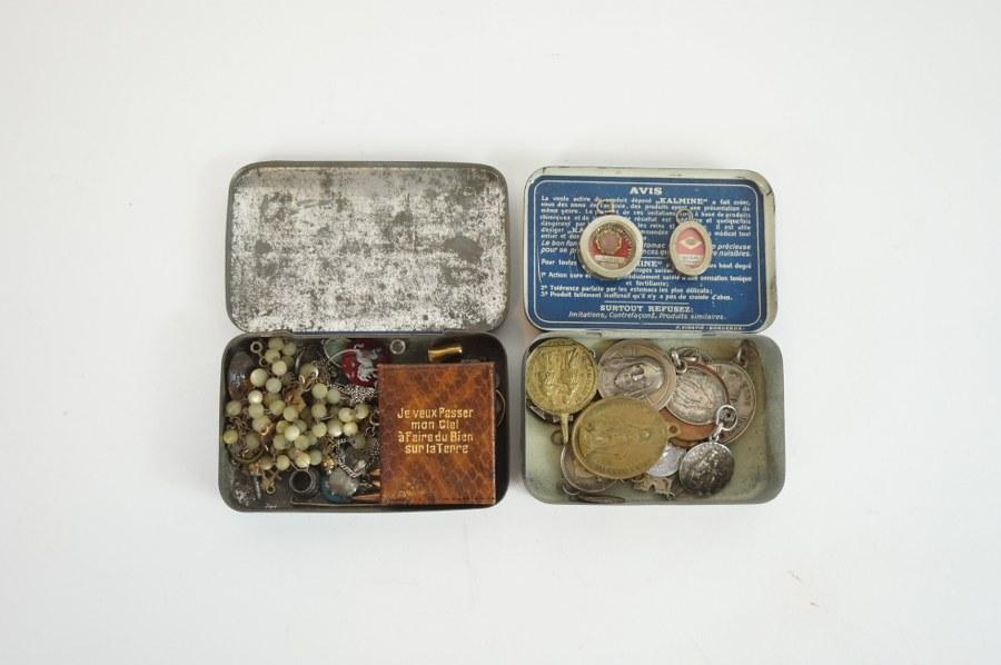 Lot de 20 médailles religieuses en métal. ON Y JOINT Une boîte contenant un chapelet et divers éléments.