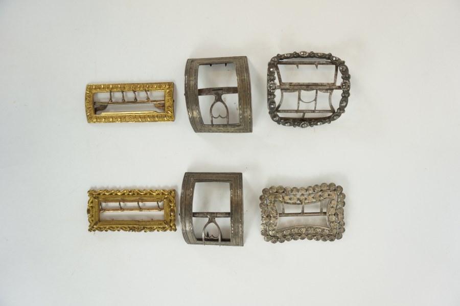 Six boucles en métal doré et argenté. XIXème siècle.