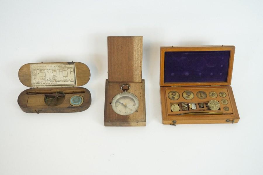 Lot composé d'une balance à main et d'un jeu de poids. ON Y JOINT Une boussole dans son écrin. Première moitié du XIXe siècle.