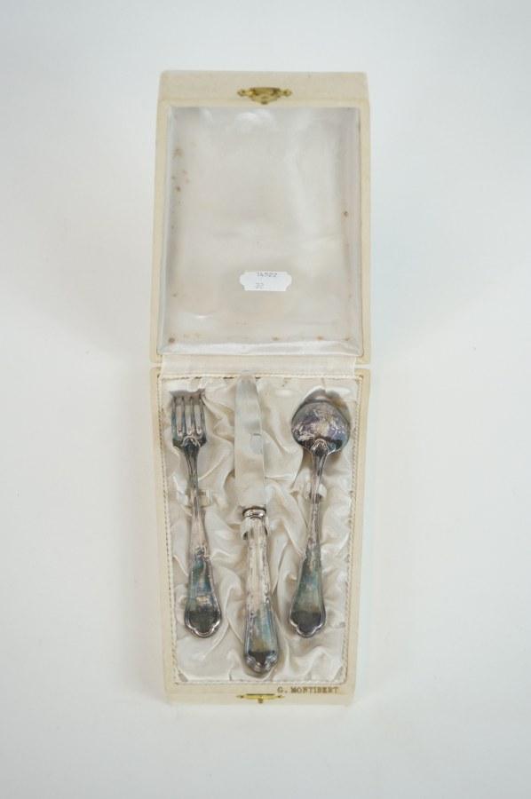 Couverts de communion à spatule violonnée composé d'une fourchette, d'un couteau lame INOX et d'une cuillère. Non monogrammés. Métal argenté. Travail du début du XXe siècle.