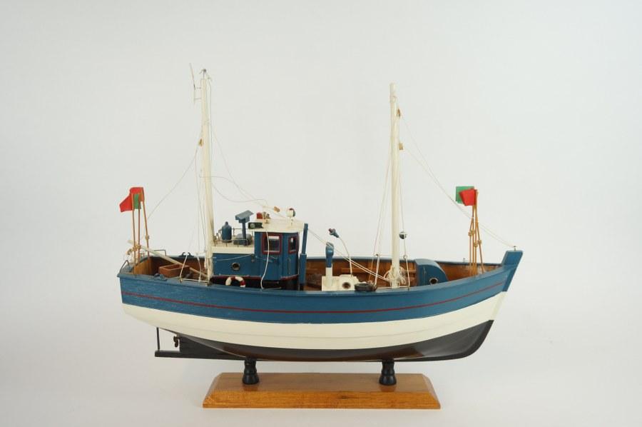 Maquette de bateau chalutier moderne. 50 x 18,5 cm.