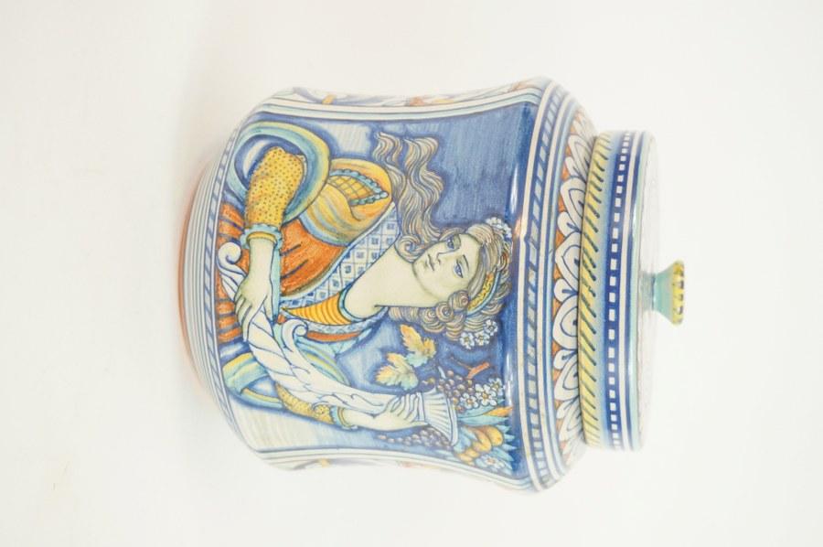 Pot à pharmacie à décor de Flore dans le goût Renaissance de Deruta. Grès glaçuré signé GRAZIA DERUTA sous la base. H. : 21 cm.