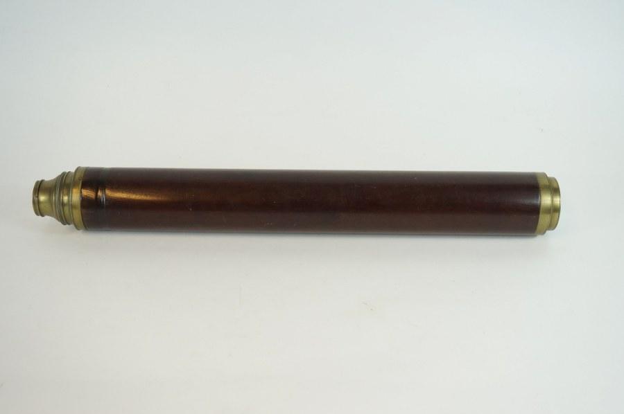 LINCOLN LONDON (act. 1765-1805). Lunette de marine en bois vernis et laiton marqué. L. : 51 cm. Lentille accidentée.