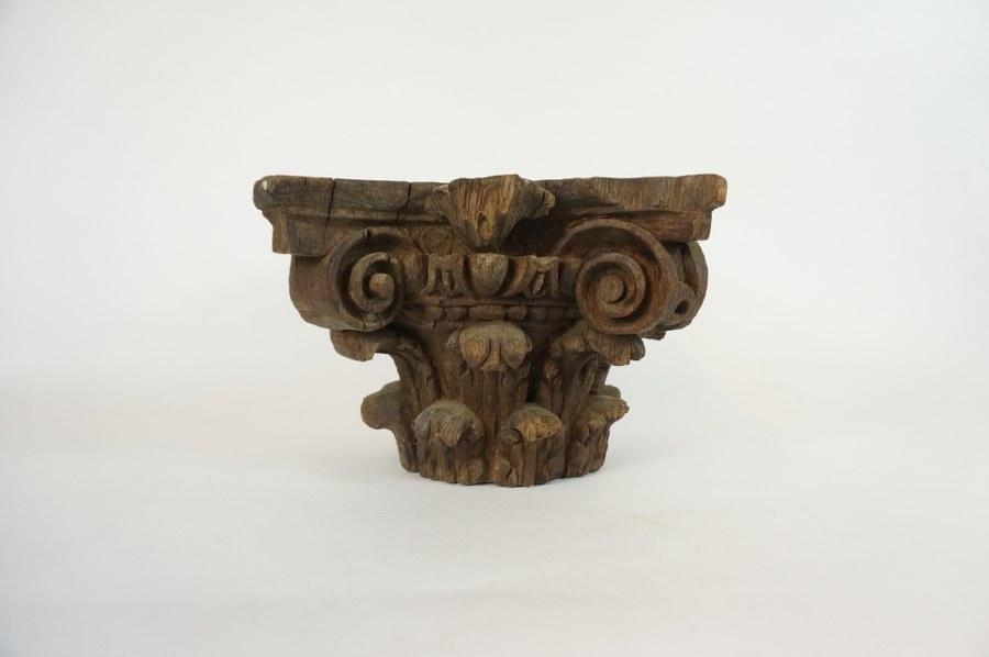 Chapiteau corinthien en bois sculpté. Travail provincial. 19 x 25 x 27 cm. Accidents.