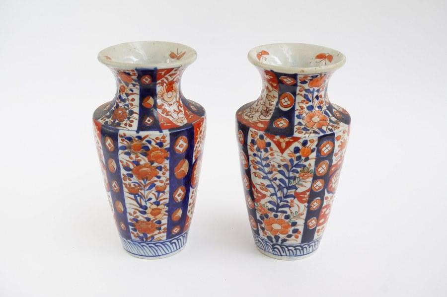 Paire de vases en porcelaine d'Imari. On y joint un vase monté en lampe toujours en porcelaine d' Imari.
