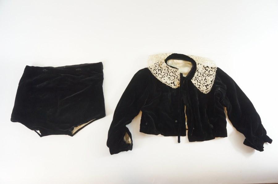 Ensemble de vêtements de fête traditionnel normand comprenant une veste et une culotte en velours noir à doublure de soie blanche et beige, avec col en dentelle. Fin du XIXe - Début du XXe siècle. Rares piqûres.