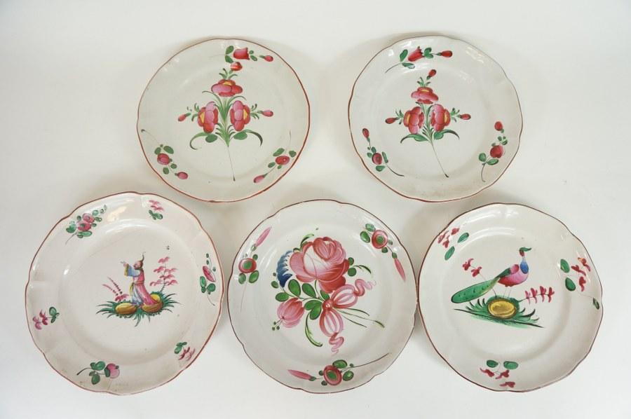 Lot de cinq assiettes en faïence de Lunéville ou des Islettes. XIXe siècle. Cheveux.
