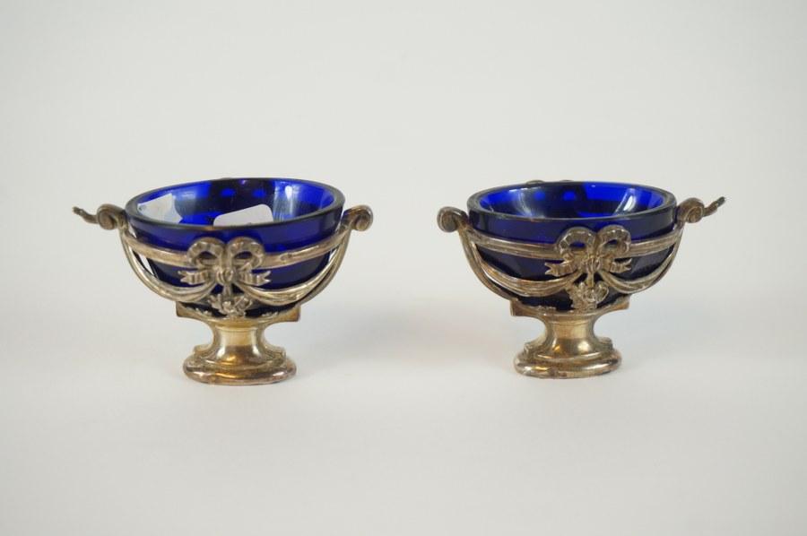 Paire de salières en verre bleu monture argent Minerve 1er titre.
