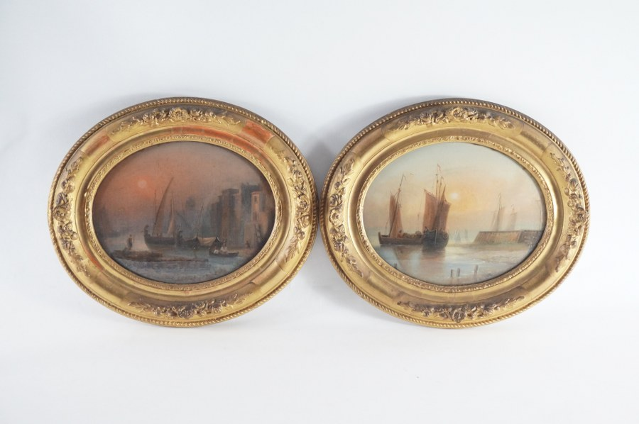 Lot de deux scènes de marine dans un encadrement doré ovale. XIXe siècle. Huile sur toile collée contre verre. 29 x 34 cm.