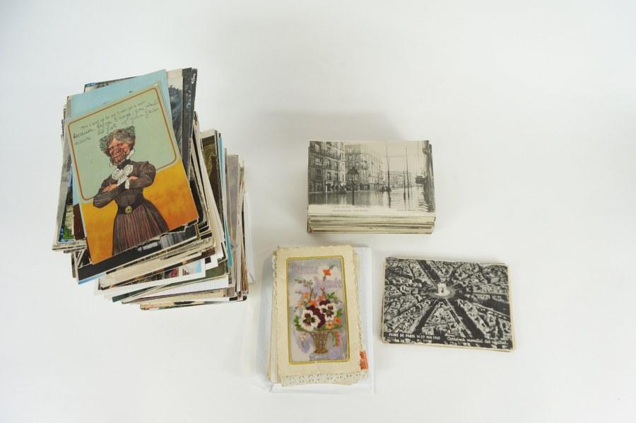 Lot d'environ 500 cartes postales diverses dont vœux, cartes textiles brodées, cartes d'évènement (Crue de 1910, exposition coloniale de 1931 et 37, accidents…). XIXe - XXe siècle.