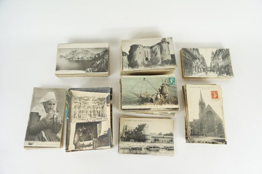 Lot d'environ 600 cartes postales sur la Bretagne, paysages, scènes de rues, costumes et monuments. XIXe - XXe siècle.