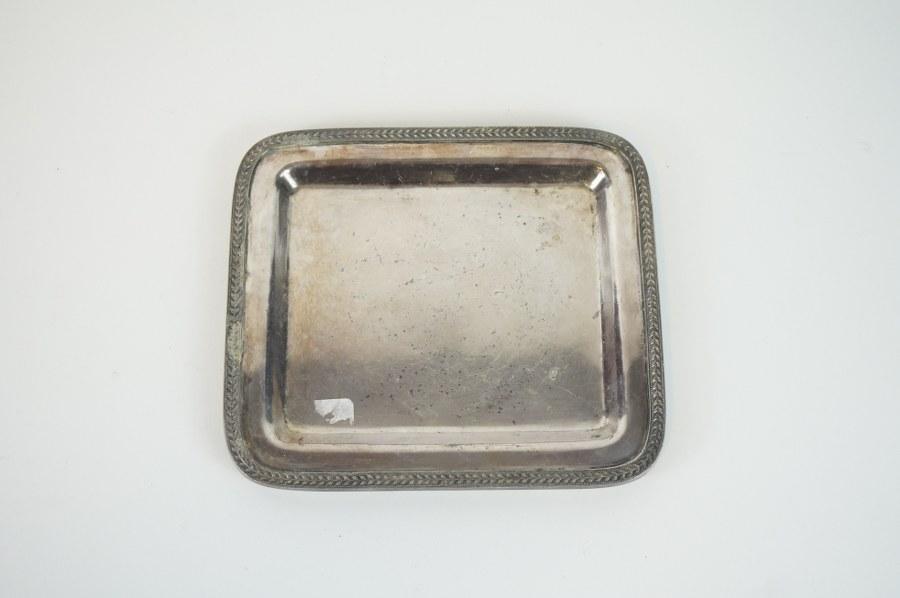 Petit plateau en métal argenté anglais.