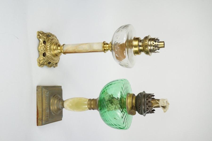 Lot de deux lampes à pétrole à fûts de gypse et de métal, réservoir en verre taillé et verre soufflé. Seconde moitié du XIXe siècle. H. : 39 cm.