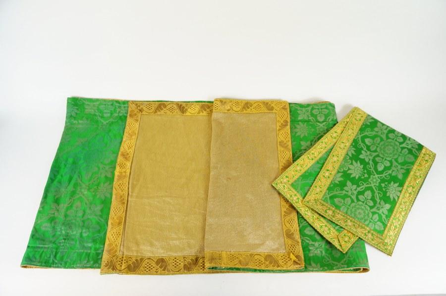 Parties d'ornements liturgiques composé de trois parements d'autel en fils de métal doré et damas de soie verte. Fin du XIXe - Début du XXe siècle.