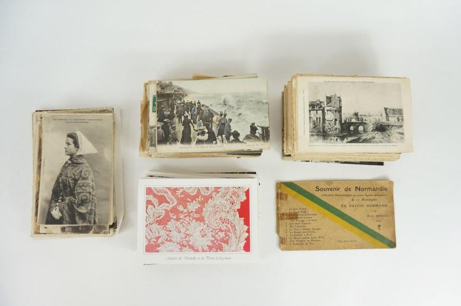 Lot de cartes postales pittoresques du patrimoine de Normandie et de la Bretagne, costumes populaires, dentelle normande, certaines encore vierges. Environ 250. Fin du XIXe - Début du XXe siècle.