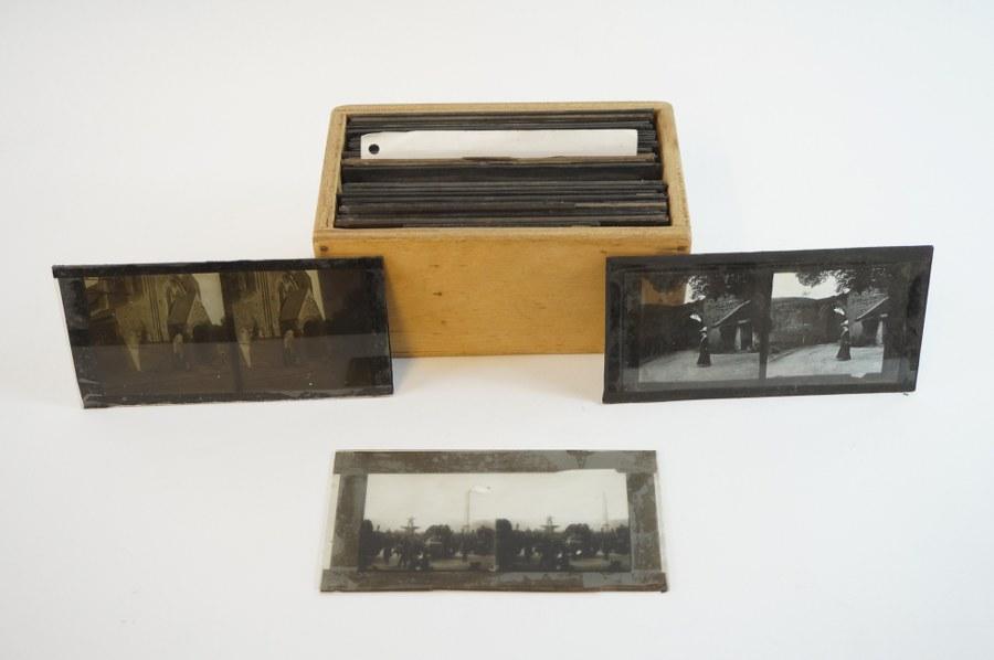 Lot d'environ 33 plaques photographiques en verre : vues de villages normands, bains de mer, négatifs. Fin du XIXe - Début du XXe siècle.
