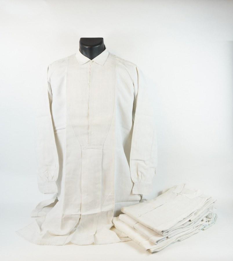 Lot de six chemises d'homme de costume de fête traditionnel normand en coton blanc. XIXe siècle. Quelques petits trous et rares piqûres.