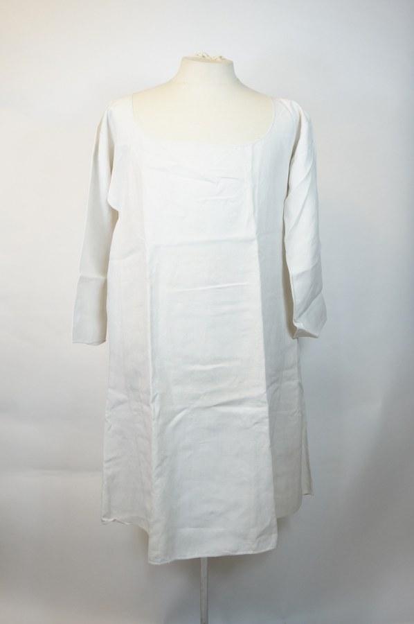 Chemise de femme, partie de costume traditionnel normand. Toile de coton blanche. XIXe siècle. Restaurations anciennes, rares piqûres.