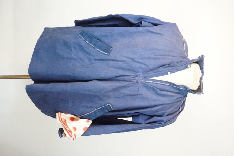 Lot de deux chemises d'homme, partie de costume traditionnel normand. Toile de coton teintée noir et bleu, nacre. XIXe - XXe siècle. Restaurations anciennes et petites salissures.