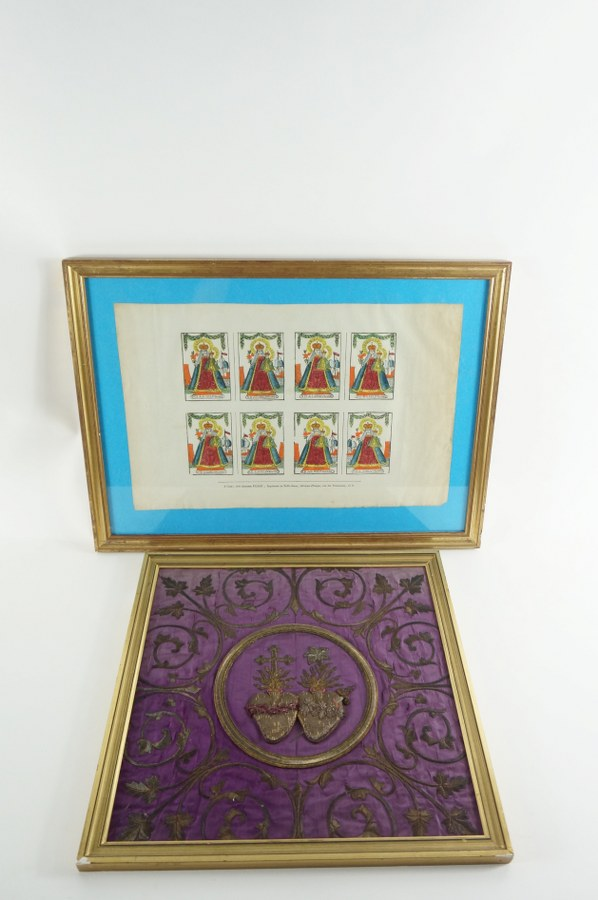 Lot de deux pièces encadrées de dévotion : Une broderie en fil d'argent sur moire de soie mauve aux Cœurs et une estampe sous verre en couleur de Notre Dame de la Délivrance par Alhponse PICARD-GUERIN, imprimeur. Cette production d'images dura pendant deux générations, de 1809 à 1841. Fils de Jean-François PICARD, Alphonse imprime en son nom à partir de 1831, jusqu'à son décès en 1835, des souvenirs de pèlerinages. Travail normand de la première moitié du XIXe siècle. 38 x 39 cm et 38 x 52 cm.