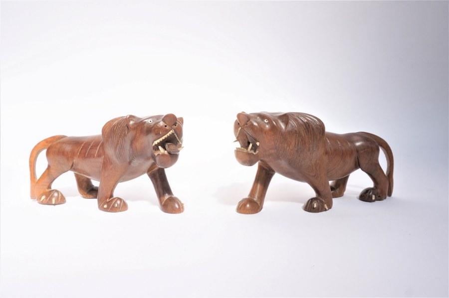 Paire lions en bois sculpté.