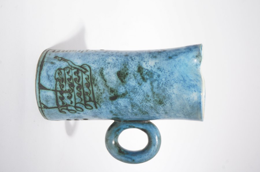 Jacques BLIN (1920 - 1995). Pichet en faïence à glaçure bleu et décor incisé d'oiseaux stylisés. Signé sous la base. H. : 16 cm.