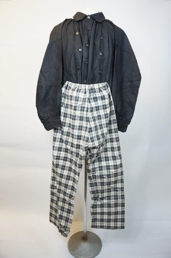 Partie de costume masculin normand traditionnel comprenant une chemise et un braie à carreau. Toile de coton teintée noir, nacre. XIXe-XXe siècle. Quelques salissures.