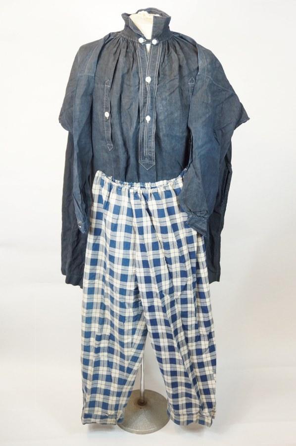 Partie de costume masculin normand traditionnel comprenant une chemise et un braie à carreau. Toile de coton teintée bleue, nacre. XIXe-XXe siècle. Petits accidents.