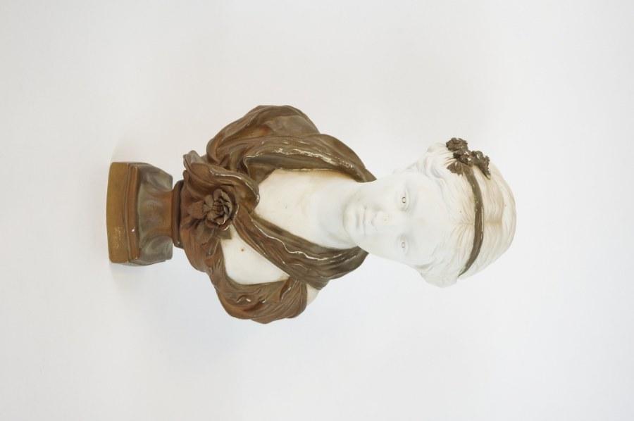 Jean-Louis GRÉGOIRE (1840-1890), d'après J. B. Greuze. L'innocence. Buste de jeune fille en biscuit partiellement doré, signé au dos L Grégoire et porte la marque de la manufacture de Sèvres avec la lettre-date S. Fin du XIXe - Début du XXe siècle. H. : 41 cm.