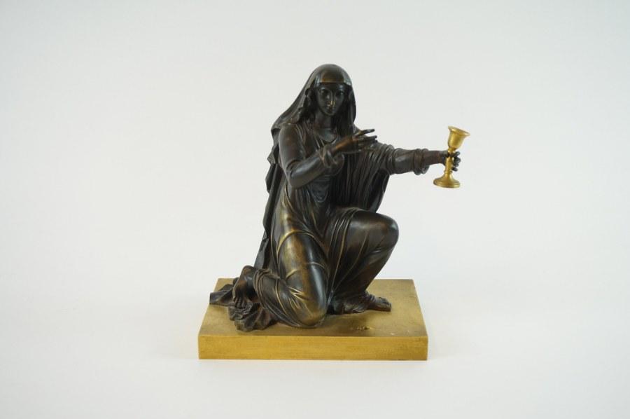 Jeune femme au calice. Bronze patiné et doré. XIXe siècle. H. : 18 cm.