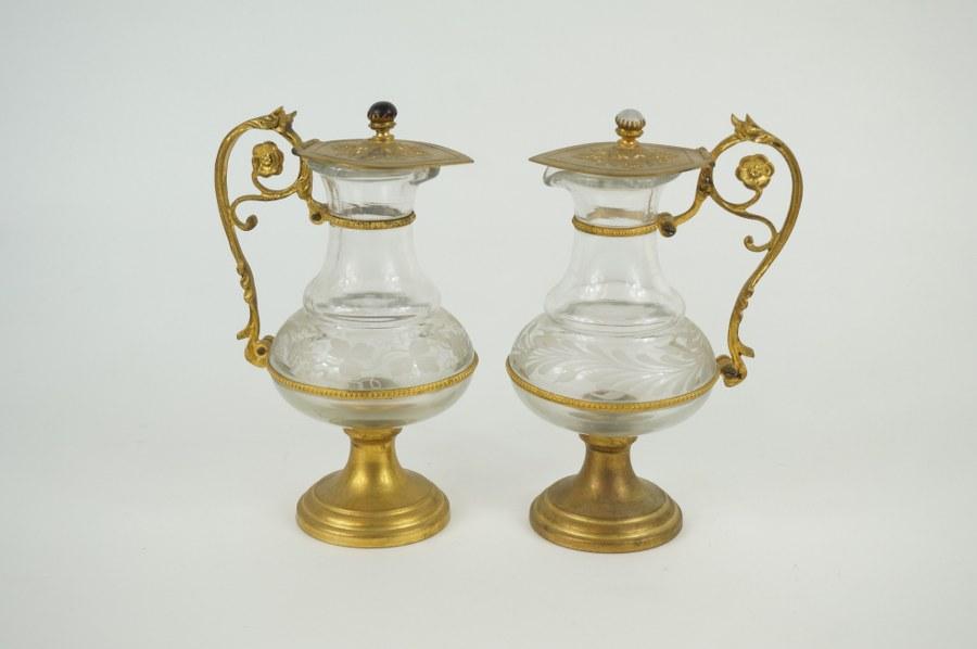 Paire de burettes en verre gravé de vignes et métal doré à motif de rang de perles et rinceaux. XIXe siècle.