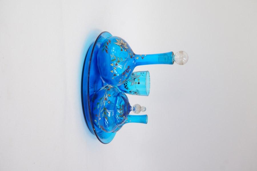 Service de toilette en verre émaillé bleu à riche décor floral Art Nouveau. Bouchons manquants.